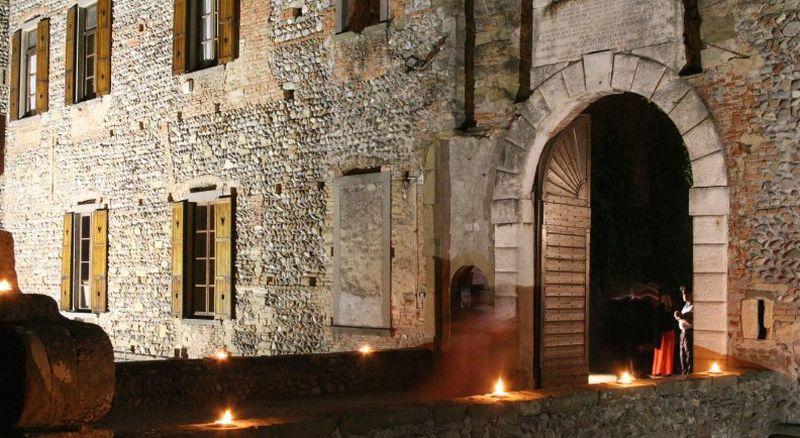 Castello di cavernago castello cavernago bergamo for Sale arredate