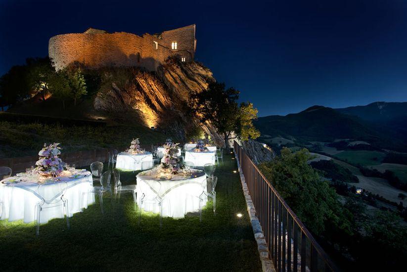 Castello di naro castello abbadia di naro cagli pesaro for Marche tavoli