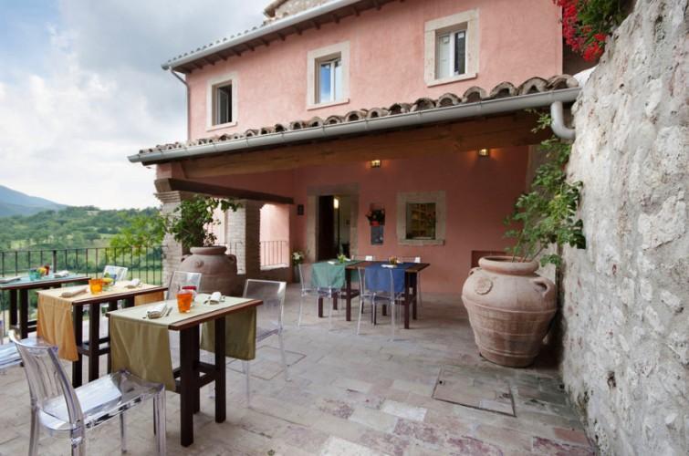 Castello di postignano relais and historical residence for Castello come piani di casa